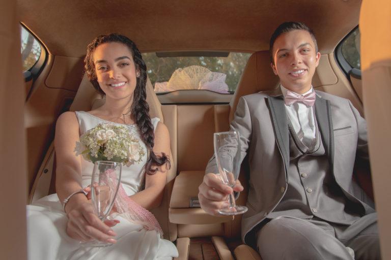 Couple qui trinque à leur union